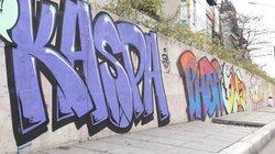 Đường trăm tỷ mới hoàn thành bị bôi bẩn hàng trăm hình vẽ graffiti