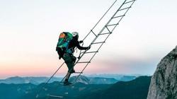 Liều mạng leo thang dây giữa 2 ngọn núi cao chót vót trên đỉnh Alps
