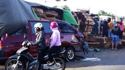 Container chở hàng chục khối gỗ đè bẹp xe ô tô 9 chỗ
