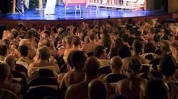Nhà hát ở Paris yêu cầu khán giả đến xem phải khỏa thân