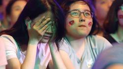 Ảnh: Người hâm mộ cả nước khóc nghẹn khi đội nhà thua tiếc nuối