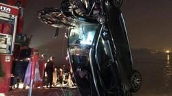 NÓNG: Xe ô tô lao xuống sông, 3 người trong một gia đình tử vong