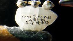 Nghệ nhân Đài Loan chạm khắc 3 chú lợn con trên... một hạt gạo