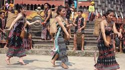 Du khách Tây thích thú khám phá văn hóa đồng bào Cơtu Hòa Vang