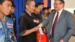Chủ tịch Hội NDVN tặng quà đồng bào, chiến sỹ biên phòng Lào Cai