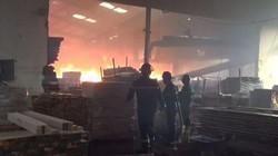 Cháy lớn tại công ty gỗ ngày cận Tết, công nhân chạy tán loạn