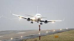 Hàng loạt máy bay chao đảo vì gió lớn trên sân bay Anh