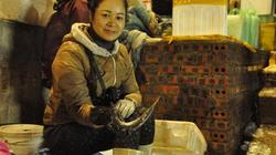 0 giờ 29 Tết: Nghìn người chen nhau đi chợ cá có 1-0-2 ở Hạ Long