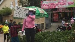"""Người dân đổ xô đi mua hoa """"đại hạ giá"""" sáng 30 Tết"""