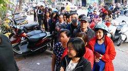 Ảnh: Người Hà Nội xếp hàng mua giò chả, thịt gà ngày 30 Tết