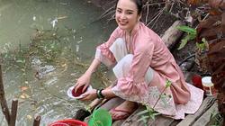 """Angela Phương Trinh về quê ngồi cầu ao rửa chén, fan """"hãi hùng"""" cảnh này"""