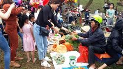Cực lạ: Đi chợ Chuộng cầu may, bị ném cà chua, trứng thối vẫn cười
