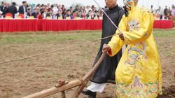 """Ảnh, Clip: """"Vua"""" đi cày đầu năm tại lễ hội Tịch Điền"""