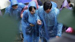 Cả nghìn người choàng áo mưa leo núi cầu nguyện trên đỉnh Yên Tử