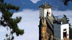 Du khách bất chấp nguy hiểm leo lên 3 ngôi đền cheo leo hiểm trở nhất Trung Quốc