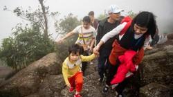 Trẻ nhỏ bơ phờ theo người lớn leo núi cao 1.000m để xoa tiền cầu may