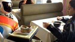 Robot bồi bàn hút khách tại nhà hàng Trung Quốc