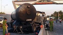 Đâm vào dải phân cách, xe bồn chở gas bốc cháy dữ dội