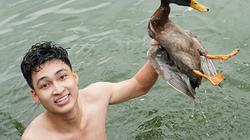 Ảnh: Trai làng lội ao thi bắt vịt, giành thưởng 4 triệu đồng