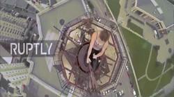 Vũ công múa cột trình diễn trên cột cao nhất trên đỉnh tòa nhà 16 tầng ở Nga