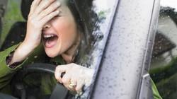 """Chửi thậm tệ người lái xe đi ẩu rồi """"khóc dở mếu dở"""" khi nhận ra đó là ai"""