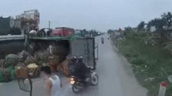SỐC: Lái xe Exciter chạy quá ẩu làm xe tải lật nhào