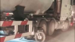 SỐC: Rùng mình lái xe máy đua nhau dắt chui qua gầm xe bồn