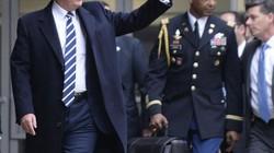 """""""Soi"""" chi tiết trong lẫn ngoài vali hạt nhân vừa theo ông Trump sang VN"""