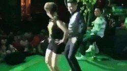 Fan nữ 70 tuổi mặc bốc lửa, lên sân khấu nhảy sexy cùng Đàm Vĩnh Hưng