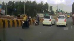 Bố mẹ văng xuống đường vì tai nạn, con nhỏ vẫn ngồi trên xe đang lao nhanh