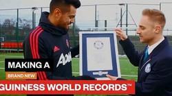 Clip: Đánh bại 2 đồng đội, thủ môn M.U lập kỷ lục Guinness độc đáo
