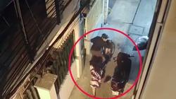 CLIP: Cô gái trẻ dựng xe máy để cốp mở trước nhà và cái kết đắng