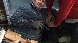 """Khoảnh khắc tên cướp """"số nhọ"""" đối đầu cựu binh trong cửa hàng Anh"""