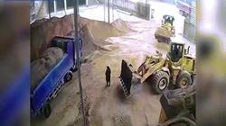 TQ: Chết thảm vì bị đồng nghiệp lái máy xúc chôn sống trong cát