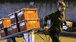 """Hình ảnh những """"bóng hồng"""" trong đêm ở chợ Long Biên ngày 8.3"""