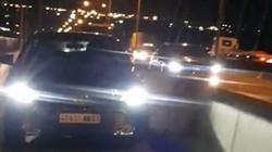 Ôtô biển số nước ngoài vô tư đi vào làn xe máy trên cầu Phú Mỹ