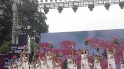 """Hà Nội: Giới trẻ kéo nhau về phố đi bộ xem """"Rạng ngời phụ nữ Việt"""""""