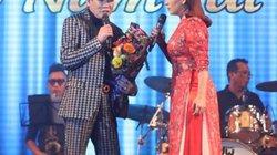 Phi Nhung giật hoa trên tay Tuấn Vũ, ném xuống sàn sân khấu