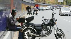 Venezuela chìm trong bóng tối: Cao tốc thành nơi thu sóng điện thoại