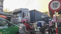 """Bình Dương: Xe quá tải vô tư vào """"làng"""" phế liệu trong khu dân cư"""