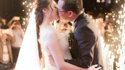 NSND Trung Hiếu tình tứ hôn vợ kém 19 tuổi trong tiệc cưới ở Thái Bình