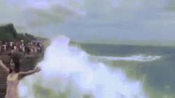Gái trẻ suýt chết thảm vì hồn nhiên tạo dáng bên bờ biển