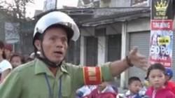 """""""Hiệp sĩ già"""" 15 năm đưa đón học sinh qua ngã tư tử thần ở Nghệ An"""