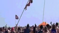 Nữ sinh mặc bikini ngã đau đớn sau khi trèo lên cột cờ