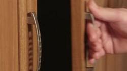 Mỹ: Tủ quần áo bốc mùi, mở ra thấy điều kinh hoàng