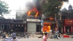 Cháy dữ dội tại xưởng ô tô sát trung tâm thương mại
