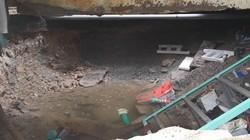 """Đường ống nước sạch bị vỡ tạo """"hố tử thần"""" ở Sài Gòn"""