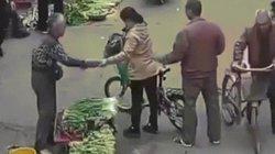 Siêu đạo chích thể hiện kỹ năng dùng đũa gắp trộm điện thoại
