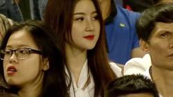 """Chỉ xuất hiện vài giây, fan girl U23 Việt Nam khiến dân mạng """"săn lùng"""""""