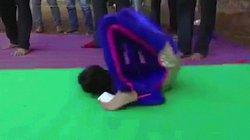 Bé gái 10 tuổi lập kỷ lục thế giới nhờ tài uốn cơ thể lăn vòng như bánh xe
